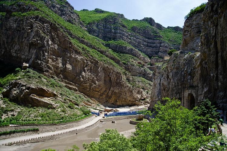 西侧的悬崖峭壁上镶嵌着北岳恒山的第一奇观mm悬空寺.
