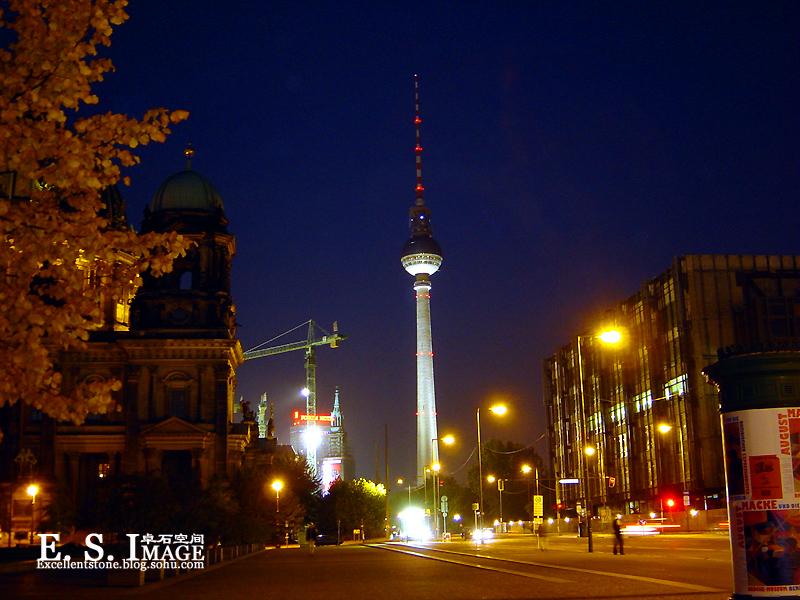 夜色中的高高电视塔比白天增添了