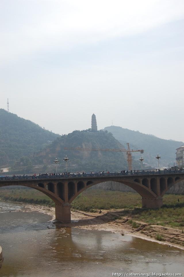 那就是宝塔山,延河水和延河大桥
