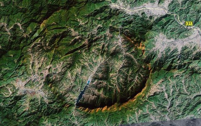从卫星地图上看,周边的环状山倒是清晰可辨了,但环状山内部却依旧山脉