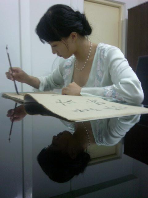 在家写字的小爱.很有古代美女的气质图片