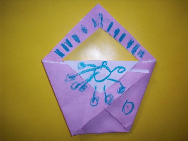 剪,粘,贴等多种技能制作手提包;初步学习看图标独立完成折纸作品,训练