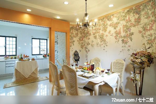 如方形和圆形餐厅,可选用圆形或方形餐桌,居中放置;狭长的餐厅设计可