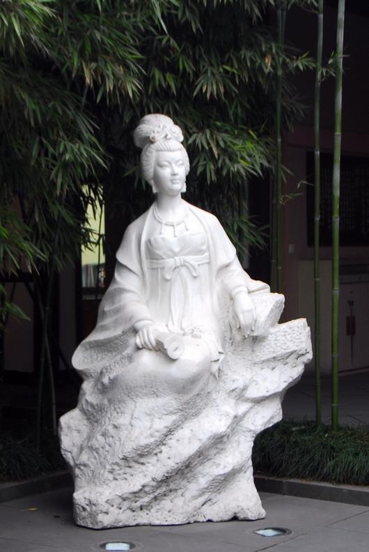 本人才疏学浅,熟知的古代著名女诗人仅有汉蔡文姬,唐薛涛,宋李清照几