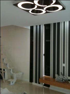 客厅电视背景墙,黑色的部分是烤漆玻璃