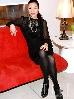搭配黑色中裙和黑丝袜看起来保守