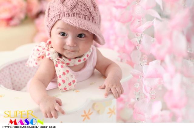 里的小宝贝,无辜的大眼睛和有点邪恶的笑容是这个萌
