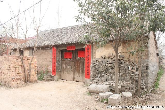 图片中的房子还是我们下乡时的老房子