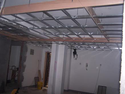石膏板异型吊顶:吊顶采用轻钢龙骨与细木工板相结合