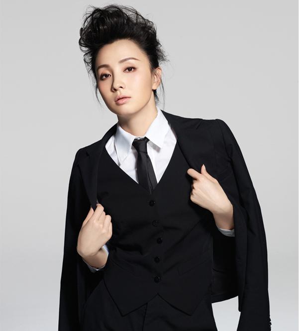 白衬衫搭配黑西装黑领带