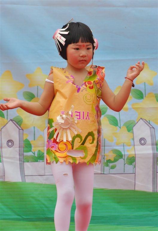 幼儿表演超可爱的环保时装秀